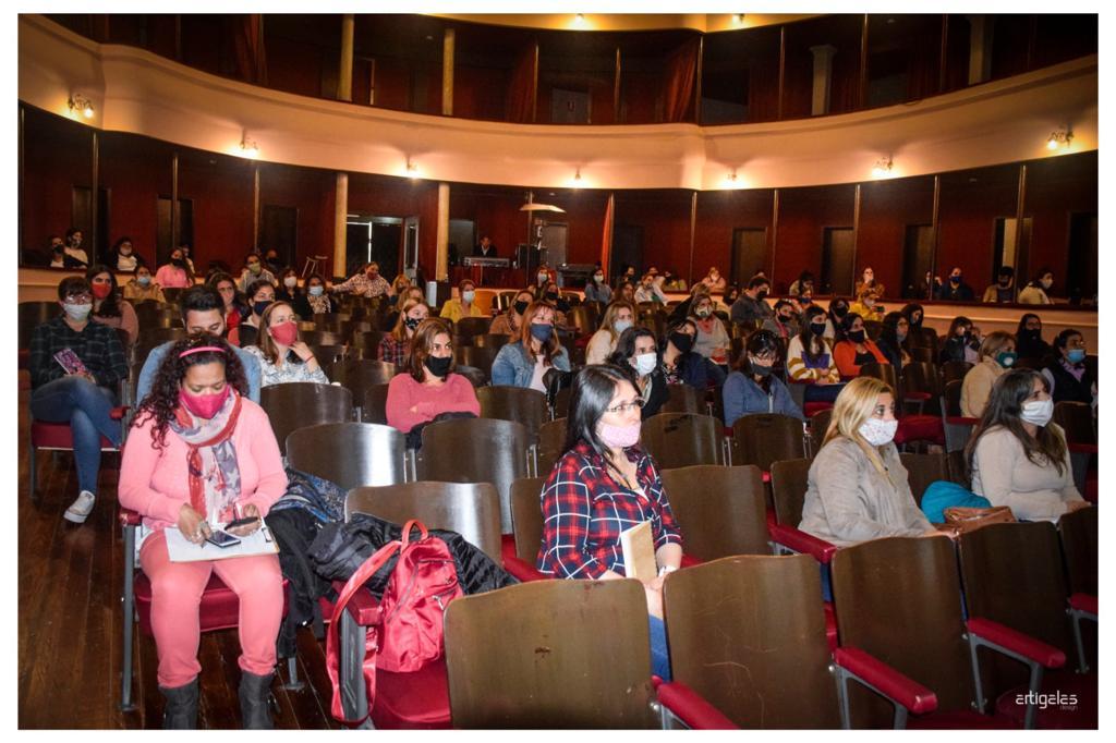 gente con tapaboca sentada en un teatro